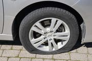 In Bütschwil wurden an fünf Autos Reifen zerstochen. (Bild: Kapo)