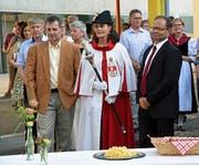 Öffentliche Wahlfeier für Kantonsratspräsident Reto Wallimann (links), und Landammann Josef Hess, begleitet von Landweibelin Hanna Mäder. (Bild: Robert Hess, Alpnach, 28. Juni 2019)
