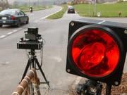 Mit 153 km/h ist ein 18-Jähriger ausserorts in eine Radarfalle der Polizei gerast. (Bild: Keystone/ANDREE-NOELLE POT)