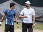 Der serbische Weltranglisten-Erste Novak Djokovic (links) holte den Kroaten Goran Ivanisevic (rechts) in den Trainer-Stab für die Titelverteidigung in Wimbledon (Bild: KEYSTONE/PETER KLAUNZER)