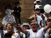 In Ecuador sind am Samstag zahlreiche Menschen auf die Strasse gegangen, um gegen gleichgeschlechtliche Ehen zu demonstrieren. (Bild: KEYSTONE/AP/DOLORES OCHOA)