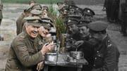 Die digital nachkolorierten Bilder in «They Shall Not Grow Old» zeigen das gesellige Zusammensein der Soldaten, aber auch die Verwundeten und Toten. (Bild: AP)