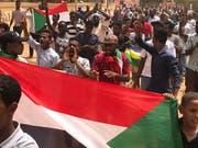 In der sudanesischen Hauptstadt Khartum sind am Sonntag erneut Tausende Demonstranten für die Einsetzung einer Zivilregierung im Land auf die Strasse gegangen. (Bild: KEYSTONE/AP/HUSSEIN MALLA)