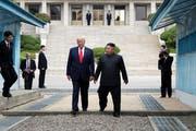 US-Präsident Donald Trump (links) und Nordkoreas Machthaber Kim Jong-Un bei ihrem spontanen Treffen im koreanischen Grenzdorf Panmunjom. (Bild: Getty, 30. Juni 2019)
