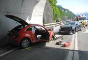 Zwei Autos stiessen frontal ineinander. (Bild: Kantonspolizei Schwyz, Brunnen, 4. Juni 2019)