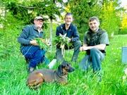Drei Jäger und zwei gefundene Rehkitze. (Bilder: PD)