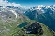 Am Red-Bull-X-Alps-Rennen müssen die Teilnehmer über 1100 Kilometer im Alpenraum von Salzburg nach Monaco per Gleitschirm oder zu Fuss zurücklegen. Im Bild ein Teilnehmer an der Red Bull X-Alps in Verbier 2017. (Bild: PD/Felix Woelk)