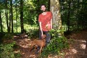 Bald startet das Experiment: Matthias Wenk mit seinem Hund im Wald am Rütibach. (Bild: Ralph Ribi)