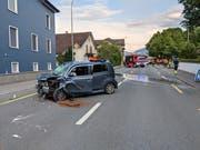 Das schwer beschädigte Auto nach dem Unfall auf der Gotthardstrasse in Arth. (Bild: Geri Holdener, 3. Juni 2019)