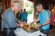 Fasziniert schauten viele Besucher zu, wie die Imker zuerst das Wachs von den Honigwaben entfernten und anschliessend den Honig per Schleudern «ernteten». (Bild: Christof Lampart)