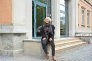 Annette Joos-Baumberger beim Schulhaus Landhaus, das sie einst selbst besucht hat. (Bild: Alessia Pagani)