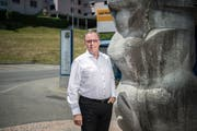Gemeinderatskandidat Markus Gabriel (SVP) vor der markanten Skulptur beim Gemeindehaus in Adligenswil. Bild: Pius Amrein (Adligenswil, 5. Juni 2019)