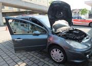 Im Motorenraum des Autos einer 77-Jährigen hat es am Dienstag im Zentrum Wittenbach gebrannt. (Bild: Kantonspolizei St.Gallen - 4. Juni 2019)