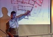 Architekt Thomas K. Keller informiert an der Stiftungsversammlung über den Stand der Planung. (Bild: Christoph Heer)