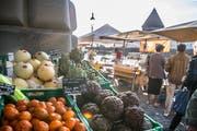Ein Stand mit frischen Produkten am Luzerner Wochenmarkt. (Bild: Nadia Schärli, 23. September 2017)