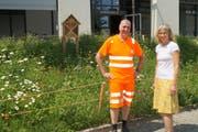 Markus Schuler, Bereichsleiter Gartenbau der Gemeinde Cham, und Manuela Hotz, Projektleiterin Umwelt, wollen auf gemeindlichen Flächen neue Standorte für Wildbienen schaffen. (Bild: PD)