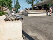 Zu hoch und zu tief: Die modern designten Bänke auf dem neugestalteten Bahnhofplatz sind wohl stylisch, als Sitzgelegenheit für jedermann jedoch weitgehend untauglich. (Bild: Andrea Häusler)
