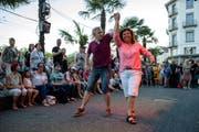 Ein Paar tanzt vor dem Hotel Schweizerhof am Luzernerfest. (Bild: Philipp Schmidli, 30. Juni 2018)