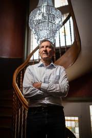 Alex Hanimann in prächtigen Treppenhaus der Villa Freya, wo er lebt und arbeitet. (Bild: Benjamin Manser )