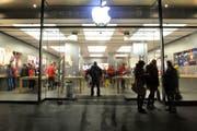 Der Apple-Laden an der Zürcher Bahnhofstrasse. (Bild: Melanie Duchene/EQ, 11. Dezember 2014)