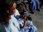Eine Frau in Dakar übt die Handhabung des Kondoms. Täglich stecken sich weltweit über eine Million Menschen mit einer sexuell übertragbaren Krankheit an - Tendenz steigend. (Bild: Keystone/AP/CHRISTINE NESBITT)