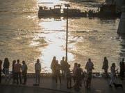 Gedenken an die Opfer des Schifffahrtsunglücks in Budapest. (Bild: KEYSTONE/EPA MTI/ZOLTAN BALOGH)
