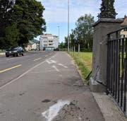 Die Polizei hat die Spuren der Irrfahrt über das Trottoir eingezeichnet. (Bild: Geri Holdener)