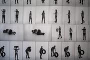 Einige der über 400 Posen, welche die Studenten als Vorbereitung für die Skulptur einnehmen mussten. (Bild: Benjamin Manser)