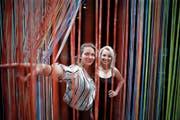 Sam Heller (links) und Laura Hürlimann mit der Installation «Tangierte Grenzen» von Darja Shatalova. (Bild: Stefan Kaiser (Zug, 6. Juni 2019))