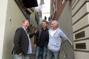 FCL-Meisterspieler von 1989 bei einem Treffen am 17. Mai 2014 in der Luzerner Altstadt. Von links: Jürgen Mohr, Hansi Burri und Roger Wehrli. (Bild: Corinne Glanzmann)