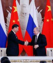 Chinas Präsident Xi Jinping (links) besucht dieser Tage das Internationale Wirtschaftsforum in St.Petersburg. Dort befördern er und der russische Präsident Wladimir Putin ihre immer enger werdende Verbindung. (Bild: Alexander Zemlianichenko/AP (5. Juni 2019))
