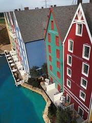 Ausblick aus einem Zimmer auf weitere Flügel des Hotels. (Bild: Matthias Hafen)