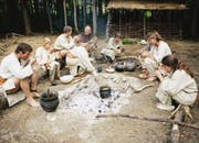 Zwei Familien lebten im Sommer 2007 als Pfahlbauer im Hinderriet bei Pfyn. (Bild: PD)