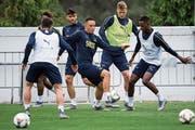 Noah Okafor (Mitte) und Edimilson Fernandes (rechts) trainieren mit der Schweizer Nationalmannschaft und sind nah dran, zu einem Ernsteinsatz zu gelangen. (Bild: Jean-Christophe Bott/Keystone ()