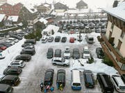 Voller Gemeindeparkplatz an einem schönen Winterwochenende. (Bild: PD, Emmetten, 2. Februar 2019)