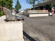 Die neuen Bänkli beim Flawiler Bahnhof stehen in der Kritik. (Bild: Andrea Häusler)
