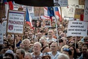 Der Druck auf Regierungschef Babiš steigt: 120000 Demonstranten haben am Dienstag auf dem Prager Wenzelsplatz erneut seinen Rücktritt gefordert. (Bild: Martin Divisek/EPA)