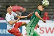 Der Luzerner Ruben Vargas (links) kann sich gegen den Slowenen Matija Rom nicht behaupten. (Bild: Walter Bieri/Keystone (Aarau, 7. Juni 2019))