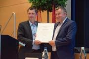 Vizepräsident Martin Gemperle (links) verabschiedete an der GV Präsident Hanspeter von Rotz.Bild: nir
