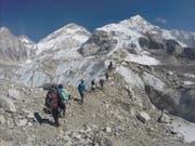 Abfall und Leichen: Sherpas haben am Mount Everest beim Müllsammeln menschliche Überreste gefunden. (Bild: KEYSTONE/AP/TASHI SHERPA)
