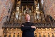 «Organist Bernhard Ruchti – im Bild mit der Orgel in der Kirche St.Laurenzen – spielt am Mittwoch im Neudorf Liszt. (Bild: Hanspeter Schiess, 16. April 2019)