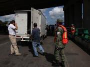 Im Kampf gegen illegale Grenzübertritte untersuchen mexikanische Beamte in Tapachula einen Lastwagen. (Bild: KEYSTONE/AP/MARCO UGARTE)