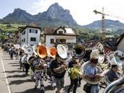 Rund 300 Sousaphon-Bläserinnen und Bläser zogen mit ihren Instrumenten von Schwyz in Richtung Brunnen. (Bild: Keystone/ALEXANDRA WEY)