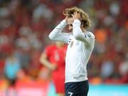 Zum Haareraufen: Frankreichs Antoine Griezmann hadert beim Gastspiel in der Türkei (Bild: KEYSTONE/AP)