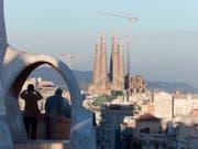 Die wohl grösste bisher unbewilligte Baustelle der Welt wird nach 137 Jahren legalisiert. Architekten, Ingenieure und Bauarbeiter dürfen dank einer offiziellen Baubewilligung nun an der unvollendeten Basilika Sagrada Familia in Barcelona endlich werkeln, ohne das Gesetz zu brechen. (Bild: KEYSTONE/AP/SANTIAGO LYON)