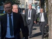 Der Kommandant der Luzerner Polizei, Adi Achermann (links), und der damalige Kripochef Daniel Bussmann (3. von links) 2017 auf dem Weg zum Prozess vor dem Bezirksgericht Kriens. Das Kantonsgericht hat nun den Freispruch bestätigt. (Bild: KEYSTONE/URS FLUEELER)