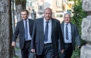 Polizeikommandant Adi Achermann (links) und der ehemalige Kripo-Chef Daniel Bussmann (Mitte) mit ihren Anwälten auf dem Weg zum Kantonsgericht. (Bild: Pius Amrein, Luzern, 23. August 2018)