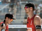 Adrian Heidrich (rechts) und Mirco Gerson verlieren ihr zweites Spiel in Hamburg (Bild: KEYSTONE/PETER SCHNEIDER)