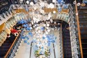 Der neue Kronleuchter im Treppenhaus des Quellenhofs ist 16 Meter hoch und besteht aus 2500 Glaskugeln. (Bild: Ralph Ribi)
