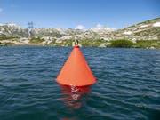 Die rote Boje mit 7000 Wasserbotschaften bleibt bis ins Jahr 2051 auf dem Lago della Piazza auf dem Gotthard-Pass. (Bild: Keystone/Urs Flüeler)